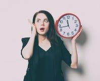 Porträt der jungen Frau mit Uhr Lizenzfreie Stockfotografie