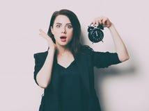 Porträt der jungen Frau mit Uhr Lizenzfreie Stockfotos