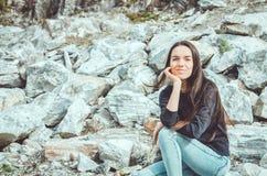 Porträt der jungen Frau in nationalem Highland Park Ruskeala in der Republik Karelien, Russland Russisches Tourismuskonzept Lizenzfreie Stockfotografie