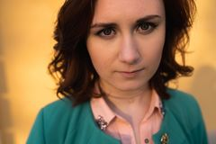 Porträt der jungen Frau - Naturschönheitsabschluß herauf - große Augen stockbild