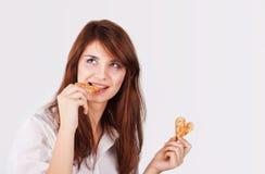 Porträt der jungen Frau Plätzchen essend stockfoto