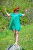 Porträt der jungen Frau der Rothaarigen, die sich im Frühjahr Park entspannt lizenzfreies stockbild