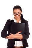 Porträt der jungen Frau schauend über Gläsern Lizenzfreie Stockfotografie