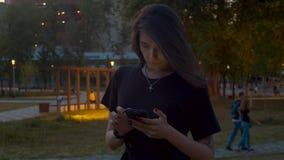 Porträt der jungen Frau schreibend im intelligenten Telefon stock footage