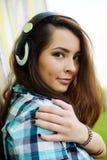 Porträt der jungen Frau sitzend an der Graffitiwand Lizenzfreies Stockfoto