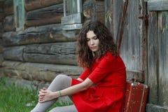 Porträt der jungen Frau sitzend vor altem Stockfotografie
