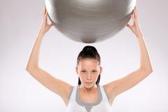 Porträt der jungen Frau trainierend mit Kugel Stockfotos