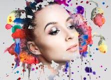 Porträt der jungen Frau und der bunten Farbenflecken Lizenzfreies Stockfoto