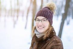 Porträt der jungen Frau während des Wegs am Winter stockfotos