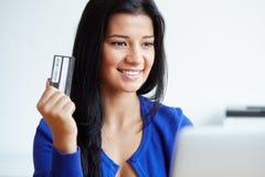 Porträt der jungen Frau zahlend mit einer Kreditkarte lizenzfreie stockfotos