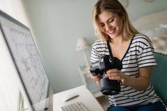 Porträt der jungen Frau zu Hause entwerfend Stockfoto