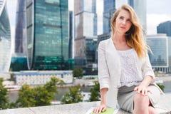 Porträt der jungen Geschäftsfrau Stockfotografie