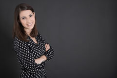 Porträt der jungen Geschäftsfrau, die vor blackb steht Stockfotos