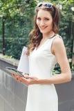 Porträt der jungen Geschäftsfrau im eleganten weißen Kleid lizenzfreie stockfotografie