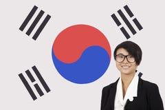 Porträt der jungen Geschäftsfrau lächelnd über koreanischer Flagge lizenzfreies stockfoto