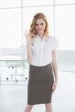 Porträt der jungen Geschäftsfrau okayzeichen gestikulierend Lizenzfreie Stockfotos