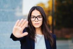 Porträt der jungen Geschäftsfraumissbilligungsgeste mit der Hand: Ablehnungszeichen, kein Zeichen, negative Geste, Berufs lizenzfreies stockbild