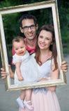 Porträt der jungen glücklichen Familie Stockbild