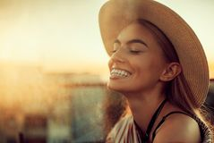 Porträt der jungen glücklichen Frau gegen städtischen Hintergrund stockfotos