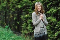 Porträt der jungen glücklichen lächelnden Frau im Freien lizenzfreies stockbild