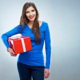 Porträt der jungen glücklichen lächelnden Frauengriff-Rotgeschenkbox Isolat Stockbilder