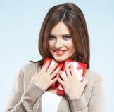 Porträt der jungen glücklichen lächelnden Frauengriff-Rotgeschenkbox Isolat Stockfoto