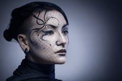 Porträt der jungen gotischen Frau lokalisiert auf dunklem Hintergrund lizenzfreie stockbilder