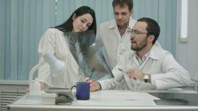 Porträt der jungen Gruppe Doktoren, die x betrachten stock footage