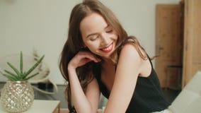 Porträt der jungen hübschen Brunettefrau, die zu Hause lächelt lizenzfreie stockfotos