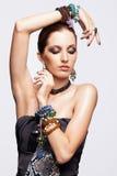 Porträt der jungen hübschen Frau mit bijouterie Stockbilder
