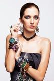 Porträt der jungen hübschen Frau mit bijouterie Stockfoto