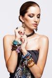 Porträt der jungen hübschen Frau mit bijouterie Stockfotografie