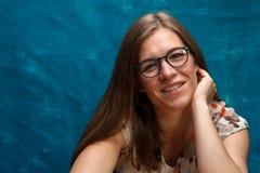 Porträt der jungen kaukasischen Frau mit dem langen Haar Lizenzfreies Stockfoto