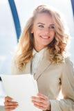 Porträt der jungen lächelnden Arbeitnehmerin bei der Arbeit Stockfoto