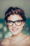 Porträt der jungen lächelnden Frau Stockfoto