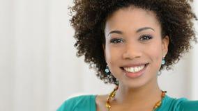 Porträt der jungen lächelnden Frau stock video