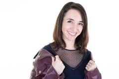 Porträt der jungen lächelnden Frau im weißen Hintergrund und in der Lederjacke stockbild