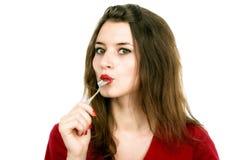 Porträt der jungen lächelnden Frau mit Löffel in ihrem Mund und Stockfotografie