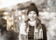 Porträt der jungen lächelnden Frau am Weihnachtsmarkt Stockfoto