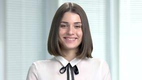 Porträt der jungen lächelnden Geschäftsfrau stock footage