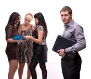 Porträt des jungen Mannes mit Laptop mit Gruppe von Personen Lizenzfreie Stockfotografie