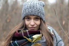 Porträt der jungen Mode-Frau im Freien auf Autumn Background Lizenzfreie Stockfotografie