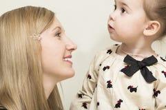Porträt der jungen Mutter mit Baby. Lizenzfreie Stockbilder