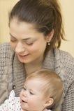 Porträt der jungen Mutter mit dem Baby. Stockfotos