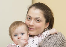 Porträt der jungen Mutter mit dem Baby. Lizenzfreie Stockfotografie