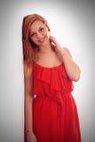 Porträt der jungen netten lächelnden Frau, über weißem Hintergrund lizenzfreie stockbilder