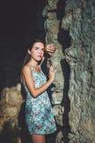Porträt der jungen romantischen Frau mit dem langen Haar, den roten Lippen und Maniküre im weißen Kleid blüht Attraktives Mädchen Stockfoto