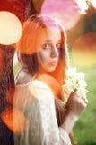 Porträt der jungen romantischen Frau mit Frühling blüht Lizenzfreies Stockfoto