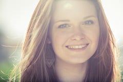 Porträt der jungen Rothaarigefrau im Freien stockfotografie