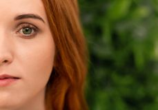 Porträt der jungen Rothaarigefrau mit perfekter Haut stockbilder